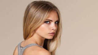 VIDEO: Top model Cara Delevingne promociona lápiz labial semidesnuda