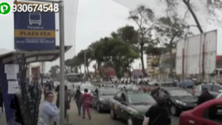 Paradero del alimentador del Metropolitano es bloqueado por decenas de taxis