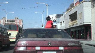 Padre trasladó a su menor hijo sentado en el techo del auto