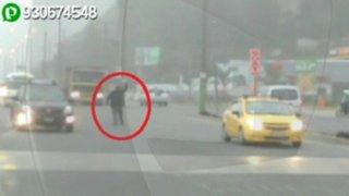WhatsApp: sujeto ebrio arriesga su vida al caminar en medio de la Carretera Central