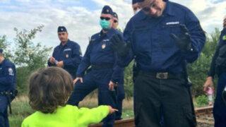 Foto de niño sirio ofreciendo galleta a policía húngaro se vuelve viral