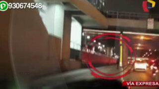 Taxista estaciona su auto en pleno Paseo de la República para orinar