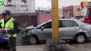 Accidente de tránsito provoca que auto se empotre contra edificio en San Isidro