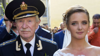 Rusia: hombre de 84 se casa con joven de 24