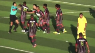 Segunda División: Jugador lanzó puñetazo a árbitro en pleno partido