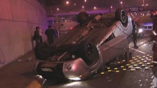 San Borja: chofer salva de morir tras choque y volcadura de auto