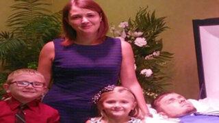 EEUU: ¿Por qué esta mujer se tomó una foto al lado de su difunto esposo?