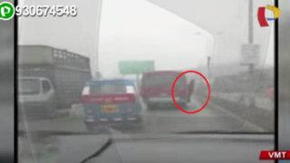 VMT: por exceso de pasajeros cobrador de combi viaja colgado de la puerta