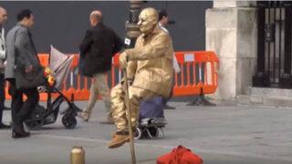 VIDEO: descubren truco de un artista que levita en la calle