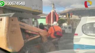 Obreros del municipio de Cajamarca se trasladan en cargador frontal