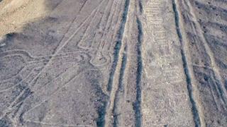 Líneas de Nazca: hombre escribe su nombre sobre el Patrimonio de la Humanidad