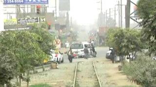 Peligro en los rieles: peatones y conductores  exponen sus vidas al cruzar las vías del tren