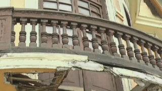Antiguo balcón de Plaza Bolognesi se encuentra a punto de desplomarse