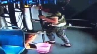 VIDEO: saltó por la ventana de un bus en marcha porque se pasó de paradero