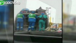 Surquillo: trabajadores municipales viajan colgados en camión