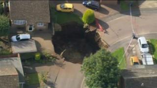 Inglaterra: enorme socavón obligó a evacuar a decenas de personas