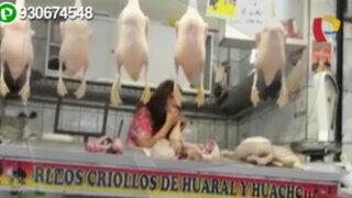 Mercado Central del Callao: vendedora infla pollos con la boca