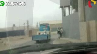 Captan a obrero durmiendo plácidamente sobre la tolva de un camión
