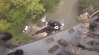 EEUU: rescatan a hombre que quedó atrapado en medio de una inundación