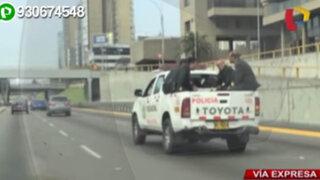 Policías viajan en tolva de camioneta por todo Paseo de la República