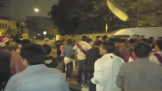 San Isidro: hinchas peruanos se reunieron frente a hotel de selección chilena