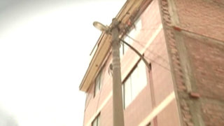 Vecinos construyen viviendas 'secuestrando' postes de alumbrado público