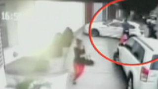 Surco: cámaras captan asesinato de extranjero en puerta de su casa