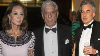 Álvaro Vargas Llosa junto a su padre e Isabel Preysler en una fiesta