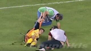 YouTube: jugador se lesionó y fue retirado del campo por camillero más torpe del mundo