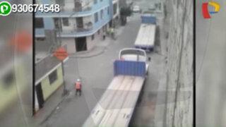 Tráilers circulan por estrechas calles por obras en el puente Dueñas