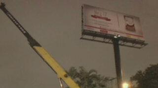 Retiran dos paneles publicitarios peligrosos de avenida Javier Prado