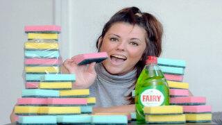 Reino Unido: ¿Por qué esta mujer come hasta 20 esponjas al día?