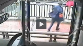 VIDEO: conductor de bus evita el suicidio de una mujer en China