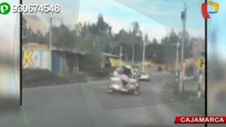 Cajamarca: mujer viaja colgada en la tolva de una camioneta
