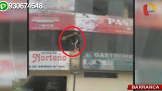 Barranca: mujer limpia ventanas en tercer piso sin medidas de seguridad