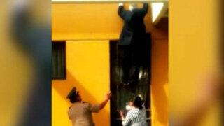 Rector escapa por una ventana para no ser linchado por estudiantes