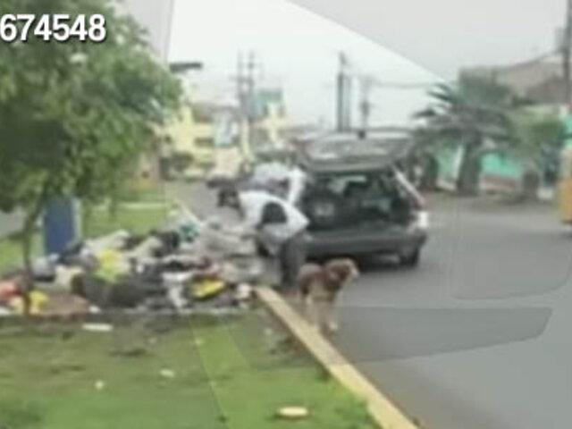 SJL: sujeto deja bolsas de basura y desmonte en plena avenida