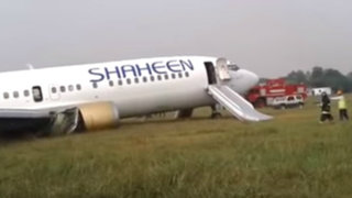 Pakistán: aterrizaje de emergencia deja 10 heridos