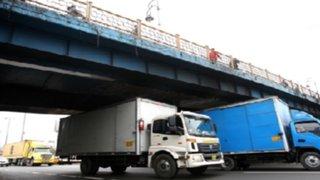 Conductores de camiones cruzan puentes pese a prohibiciones