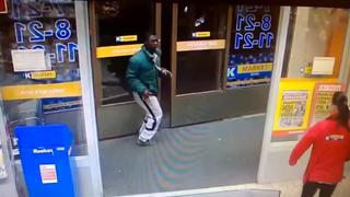 Cajera se enfrenta cuerpo a cuerpo con ladrones para impedir robo