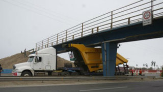 Puentes peatonales al borde del colapso por imprudencia de algunos choferes