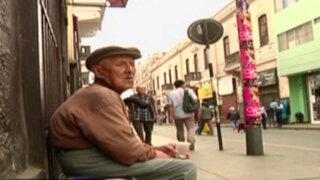 Sobreviviendo a la tercera edad en las calles de Lima