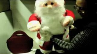 Hallan 250 mil dólares falsos camuflados en muñeco de Papá Noel