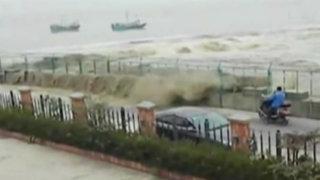 China: olas de caudaloso río asustan a curiosos