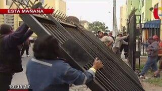 Retiran rejas de cocheras construidas en la vía pública en el Callao