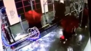YouTube: hombre casi muere de la forma 'más tonta' en lavador de autos