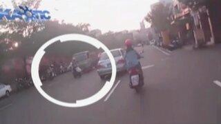 Motociclista queda gravemente herido tras ser atropellado por camión