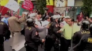 Trabajadores estatales se enfrentaron a la policía cerca del Congreso