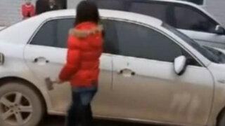 VIDEO: mujer destroza automóvil de marido infiel con una comba