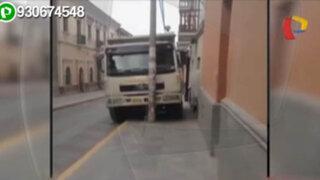 Conductor sin límites: camión de desmonte invade la vereda en Ayacucho